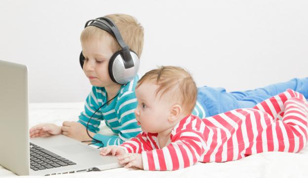 Kinder mit Computer