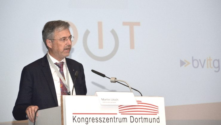 """Martin Litsch, Vorstandsvorsitzender des AOK-Bundesverbandes, hält einen Vortrag zum Thema """"Die digitale Zukunft des Gesundheitswesens"""""""