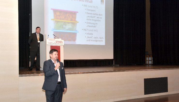 Dr. Kai Heitmann, HL7 Deutschland e.V. (vorne) und Alexander Ihls, IHE Deutschland e.V., bei ihrem gemeinsamen Vortrag zu eAkten.